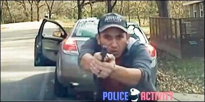 Hombre disparando a la policía