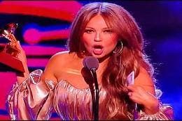 El momento en el que Thalía anuncia que Luis Miguel gana un Grammy Latino.
