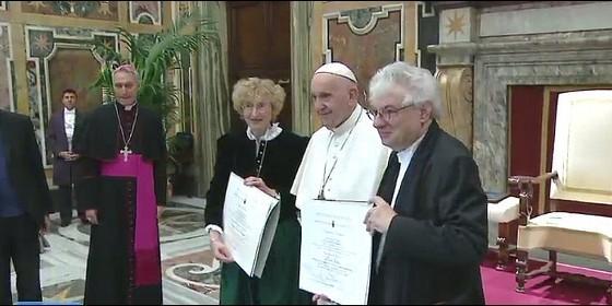 El Papa posa con los Premios Ratzinger