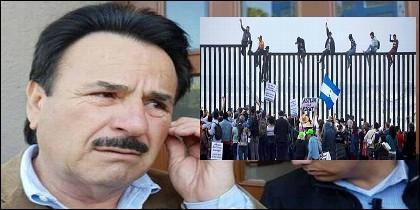 El alcalde de Tijuana, Juan Manuel Gastélum, y migrantes de la caravana encaramados a la valla entre México y EEUU.