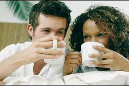 Pareja bebiendo té