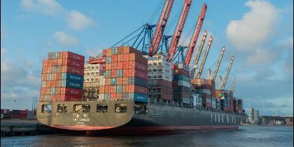 Megabarco de carga en el puerto.