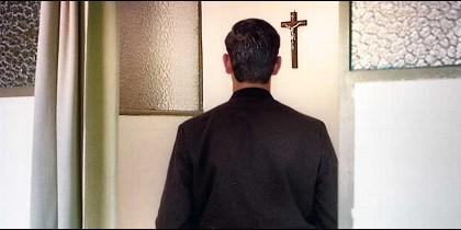 Sacerdote rezando de espaldas (Archivo)