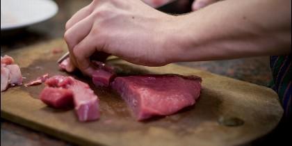 Cortando y preparando la carne.