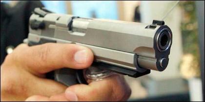 Empuñando una pistola