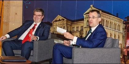 El alcalde Juan Mari Aburto, con David Fernández de Retana, presidente de Deusto Law Alumni