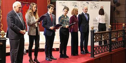 Estudiantes leyendo la Declaración de Derechos Humanos en entornos digitales