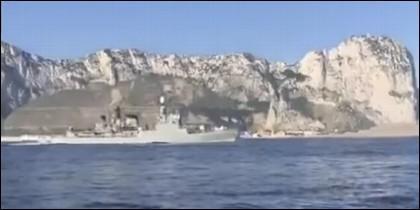 La corbeta 'Infanta Elena' pasando ante el Peñón de Gibraltar.