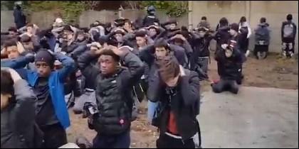 Estudiantes centro educativo Jules Saint Exupéry, detenidos por la Policía durante las protestas violentas de París..