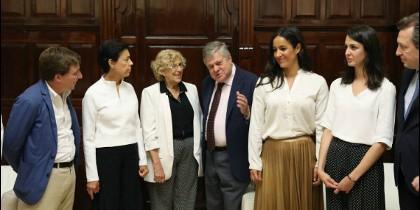 Los portavoces de los grupos municipales y Manuela Carmena con los padres de Leopoldo López
