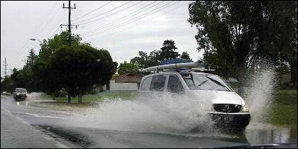 El cohce, la lluvia y el aquaplaning.