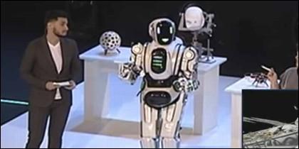 'Boris', el robot, es un muñeco con un tipo dentro.
