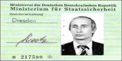 Vladimir Putin, agente del KGB, recibió el carné de la Stasi en 1985.
