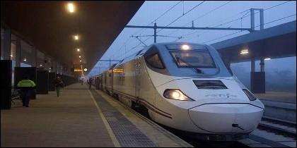 Renfe, AVE, tren, estación y viaje.