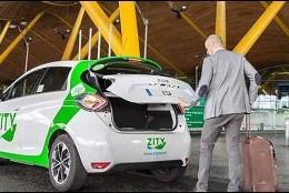 Un viajero con coche eléctrico de alquiler llega a la Terminal 4 del Aeropuerto de Barajas.