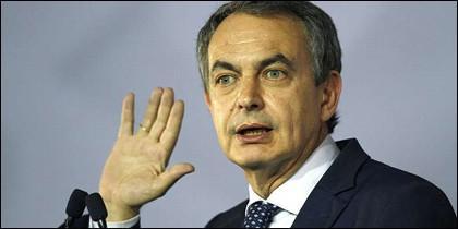 José Luis Rodríguez Zapatero levanta la mano.
