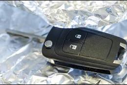 La llave del coche envuelta en papel de alumnio.