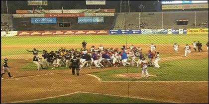 La brutal pelea entre dos equipos de béisbol profesional en Venezuela.