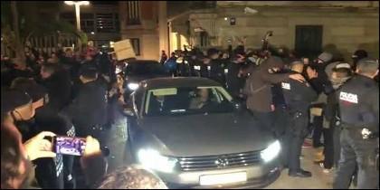 El coche del 'conseller' Buch deja la Conselleria de Interior entre protestas de los mossos.