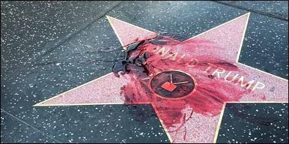 Vierten sangre sobre la estrella de Donald Trump en el Paseo de la Fama de Hollywood