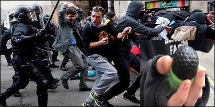 Carga de los mossos contra los alborotadores de los CDR independentistas y un proyectil de 'foam'.