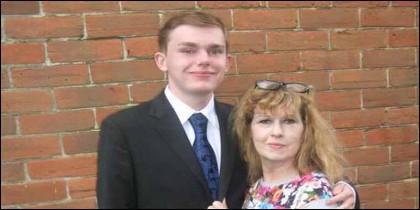 Jay Cheshire, de 17 años, y su madre Karin, cuando eran felices.
