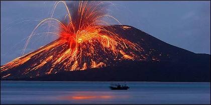 Tsunami en Indonesia: erupción de volcán Anak Krakatoa.
