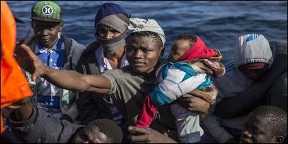 El barco español Open Arms rescata inmigrantes sin papeles en el Mediterráneo.