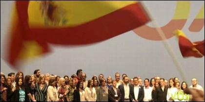 Santiago Abascal y los dirigentes de VOX con la bandera de España.