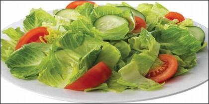 La ensalada verde, con lechuga, tomate y cebolla.