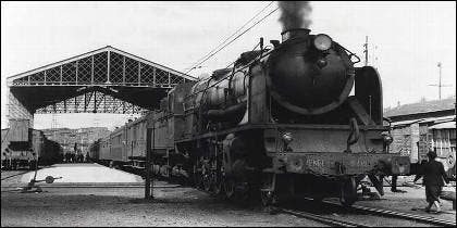 Tren con locomotora a vapor.