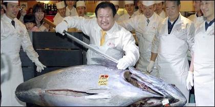 Kiyoshi Kimura, dueño y CEO de la cadena de restaurantes 'Sushizanmai' con el atún millonario.