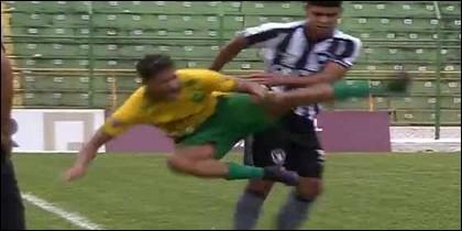 La patada salvaje que le propina Luis Henrique del Botafogo a Guilherme del Cuiabá, durante la Copinha 2019 en Brasil.