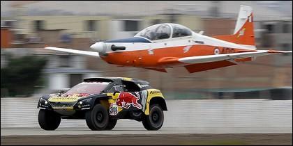 Coche de Sébastien Loeb y un avión de combate