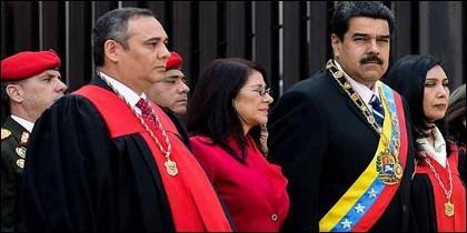 Nicolás Maduro y Cilia Flores acompañados del presidente de Tribunal Supremo venezolano, Maikel Moreno y la magistrada Gladys Gutiérrez.