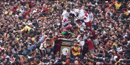 Miles de fieles intentan tocar la talla del Nazareno Negro de Manila