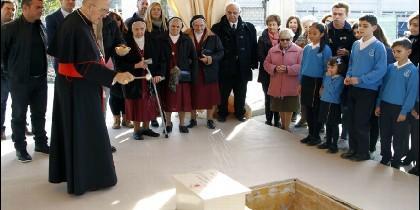 El cardenal Osoro bendice la primera piedra del nuevo centro