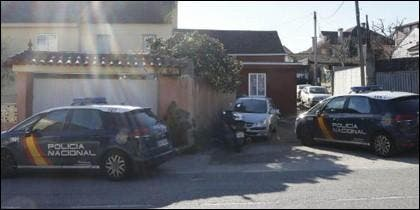 La Policía en los exteriores de la casa del crimen.