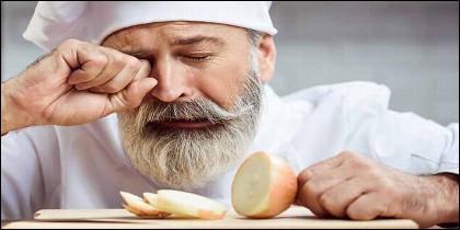 Llorar al cortar la cebolla.