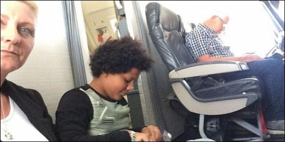 Familia viajó sentada en piso de avión; sus asientos no estaban