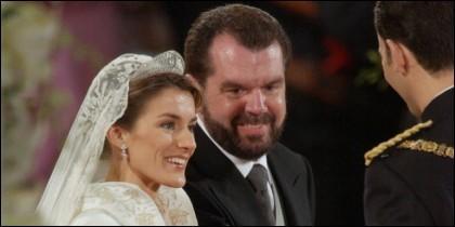 Doña Letizia, junto a su padre Jesús Ortiz, el día de su boda.