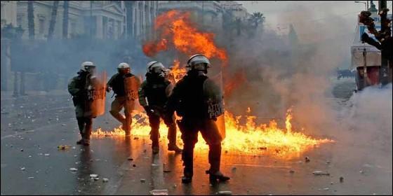 La policía griega en plena la batalla campal con los manifestantes de Atenas.
