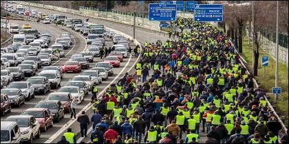 Los taxistas cortan el tráfico en la carretera de acceso al aeropuerto de Madrid.