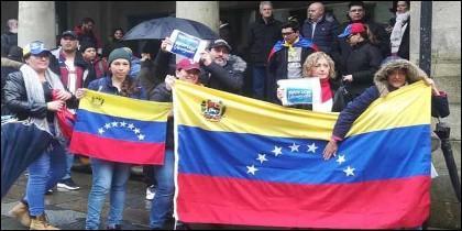 Manifestantes venezolanos exigen libertad desde España en Venezuela.