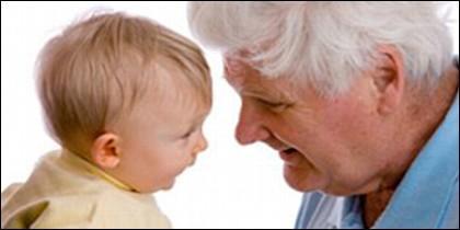 Bebé y anciano