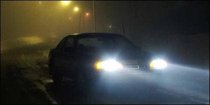 Conduciendo en carretera con frío, niebla y faros antiniebla.
