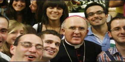 El cardenal Carlos Osoro, rodeado de jóvenes