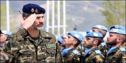 El Rey Felipe VI saluda las tropas españolas.