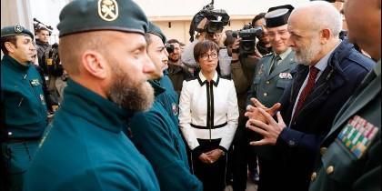 El directorde la Guardia Civil con agentes que rescataron el cuerpo de Julen.