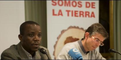 El activista liberiano Silas Siakor (i), Premio Mundo Negro a la Fraternidad 2018